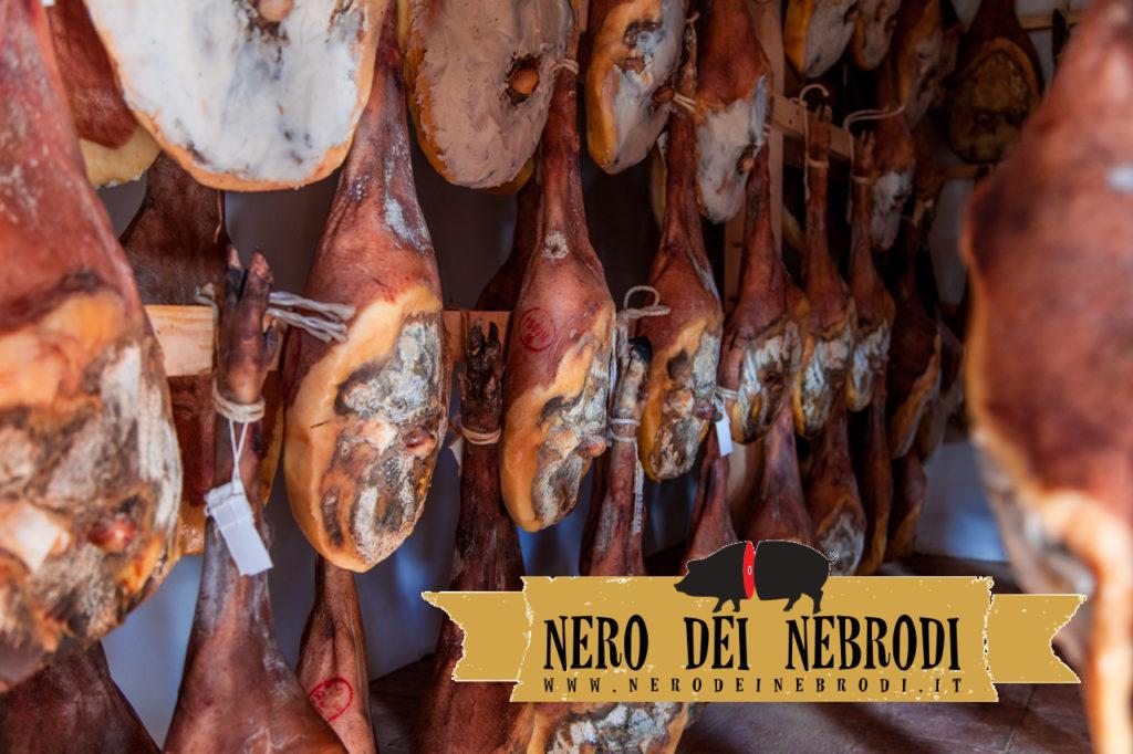 Jambons crus de cochon noir, dans la salle d'épices
